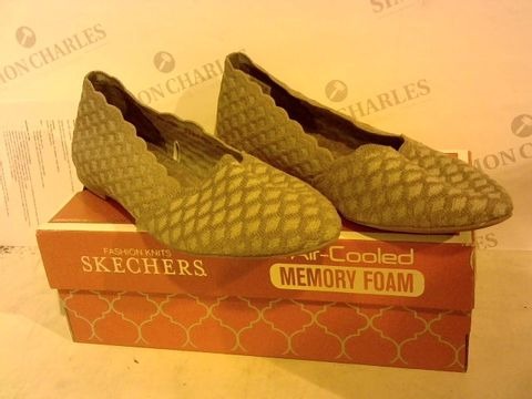 Lot 2265 BOXED PAIR OF SKECHERS SIZE 7 FOOTWEAR
