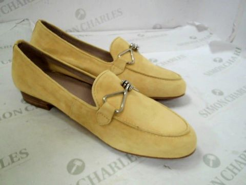 Lot 8347 BOXED PAIR OF DESIGNER MODA IN PELLE FERNA YELLOW SUEDE TRIM ALMOND TOE FLAT SHOES SIZE 39