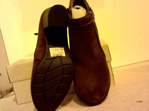 Lot 16228 BOXED PAIR OF CLARKS ENFIELS KAYLA BOOTS  UK SIZE 8