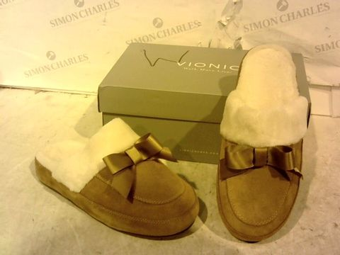 Lot 15929 BOXED PAIR OF VIONIC BROWN SLIPPERS SIZE 6