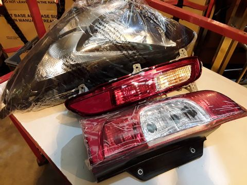 Lot 44 VEHICLE HRADLIGHT UNIT & TWO REAR LIGHT UNITS ( UNKNOWN)