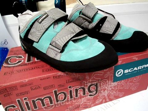 Lot 13102 BOXED PAIR OF DESIGNER SCARPA CLIMBING SHOES MALDIVE-BLACK SIZE Uk 5.5