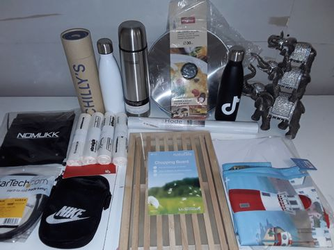 Lot 1231 LOT OF APPROXIMATELY 25 ASSORTED HOMEWARE ITEMS TO INCLUDE 1L THERMOS FLASK, PET FLEECE, EASTER WALL CLOCK AND CHILLY DRINKS BOTTLE