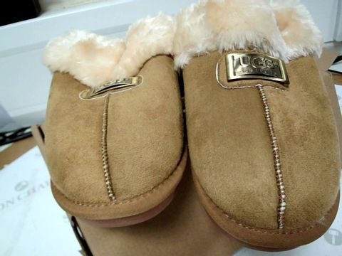 Lot 13101 BOXED PAIR OF DESIGNER UGGS CAMEL FAUX FUR LINED SLIPPERS SIZE Uk 5