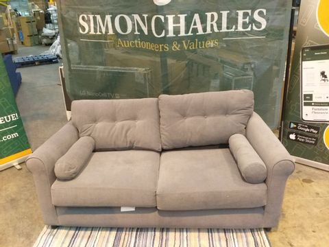 Lot 2033 QUALITY DESIGNER BRITISH MADE GREY FABRIC TWO SEATER SOFA WITH SIDE CUSHIONS