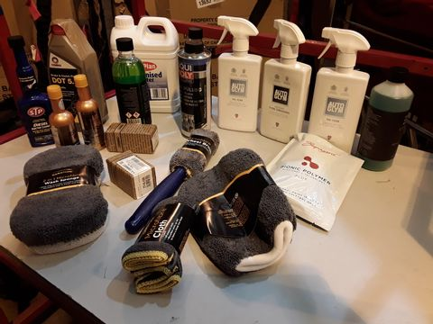 Lot 56 TRAY OF ASSORTED VALETING ITEMS, INCLUDING, AUTO GLYN, MICROFIBRE CLOTHS, WASH SPONGE, GLASS CLEANER, DE-IONISED WATER, ENGINE FLUSH, (TRAY NOT INCLUDED)