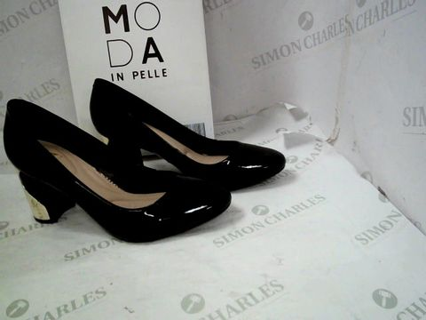 Lot 8331 BOXED PAIR OF DESIGNER MODA IN PELLE BLACK PATENT LEATHER SMOOSH HEELED ALMOND TOE SHOES SIZE 39
