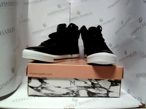 Lot 13014 BOXED PAIR OF DESIGNER MODA IN PELLE TRAINERS - UK SIZE 6.5