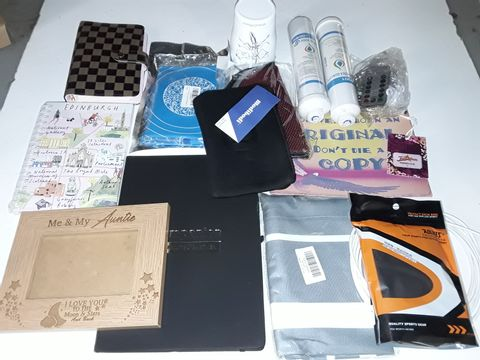 Lot 9268 LOT OF APPROXIMATELY 15 ASSORTED HOMEWARE ITEMS TO INCLUDE AQUAQUALITY FILTERS, AUNTIE PICTURE FRAME AND SPORTS PROTECTION