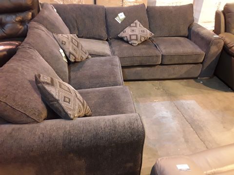 Lot 5053 DESIGNER CHARCOAL FABRIC FIXED CORNER GROUP WITH BEDSETTEE