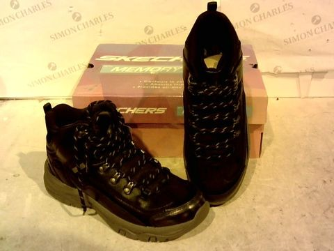 Lot 15923 BOXED PAIR OF SKETCHERS BLACK BOOTS SIZE 6