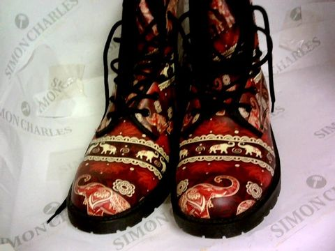 Lot 1058 BOOTS - ELEPHANT PICTURE SIZE EU39