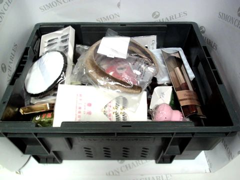 Lot 9490 LOT OF APPROX 20 ITEMS INCLUDING FAKE EYELASHES AND BEAUTY TOOLS