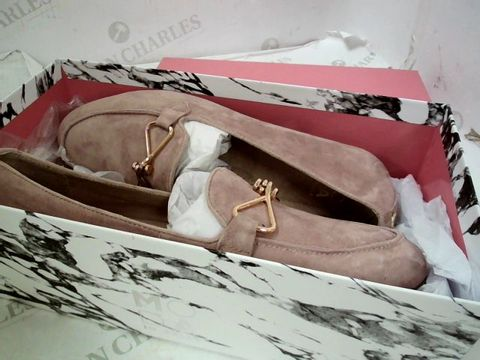 Lot 8346 BOXED PAIR OF DESIGNER MODA IN PELLE FERNA NUDE SUEDE TRIM ALMOND TOE FLAT SHOES SIZE 40