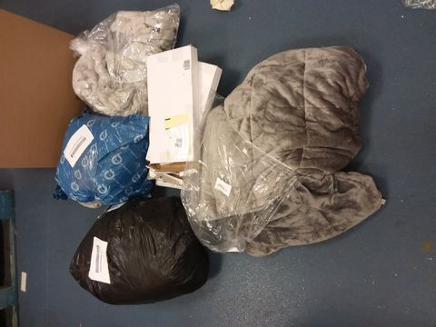Lot 12236 BOX OF APPROXIMATELY 8 ASSORTED HOUSEHOLD ITEMS TO INCLUDE DESIGNER GREY WEIGHTED BLANKET, DESIGNER DECORATIVE WOODEN FESTIVE SCENE, DESIGNER GREY FAUX FUR THROW ETC