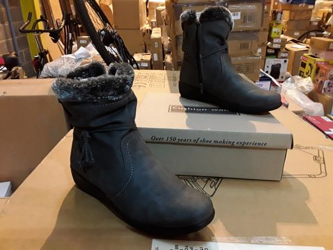 Lot 10124 BOXED PAIR OF CUSHION-WALK SHOES - SIZE 8