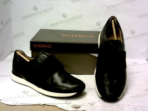 Lot 8024 BOXED PAIR OF VIONIC SHOES SIZE 6