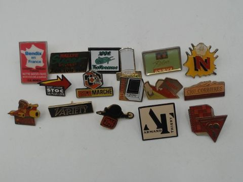 Lot 4012 LARGE COLLECTION OF ASSORTED VINTAGE PIN BADGES