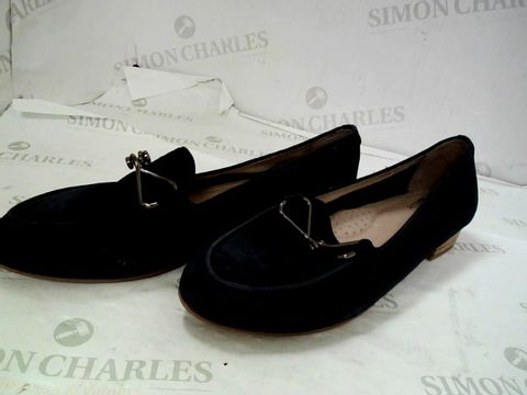 Lot 8352 BOXED PAIR OF DESIGNER MODA IN PELLE FERNA NAVY SUEDE TRIM ALMOND TOE FLAT SHOES SIZE 6