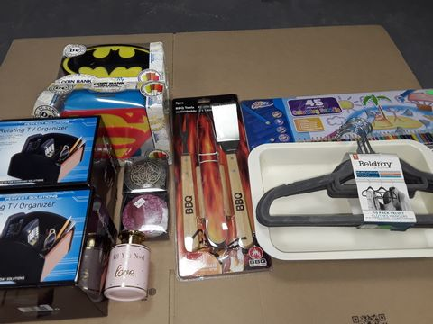 Lot 3063 LOT OF APPROXIMATELY 12 ASSORTED HOMEWARE ITEMS TO INCLUDE ROTATING TV ORGANISER, THEMED COIN BANKS AND BBQ TOOL SET