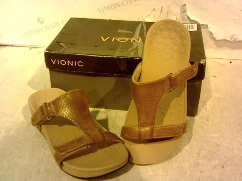 Lot 15918 BOXED PAIR OF VIONIC BROWN FAUX LETHER SANDALS SIZE 4