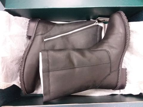 Lot 12210 BOX OF APPROXIMATELY 5 ASSORTED DESIGNER FOOTWEAR ITEMS TO INCLUDE EMU AUSTRALIA AND  MODA IN PELLE