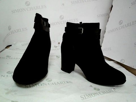 Lot 8641 CLARKS ENFIELD RIVER BLACK COMBIMATION HEELED BOOTS UK SIZE 6