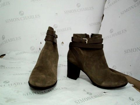 Lot 8637 CLARKS ENFIELD RIVER OLIVE COMBIMATION HEELED BOOTS UK SIZE 7.5