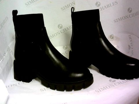 Lot 1026 ASOS DESIGN ROBBIE CHUNKY CHELSEA BOOTS BLACK SIZE 3