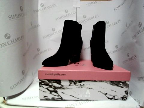 Lot 13018 BOXED PAIR OF DESIGNER MODA IN PELLE BOOTS - UK SIZE 4