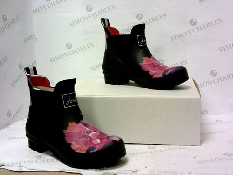Lot 8039 BOXED PAIR OF JOULES BOOTS SIZE 3