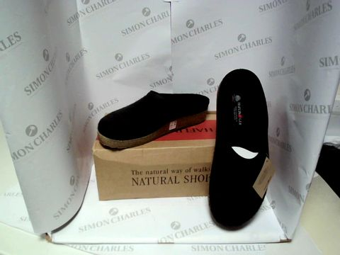 Lot 13045 BOXED PAIR OF DESIGNER HALFINGER SLIPPERS - UK SIZE 9.5