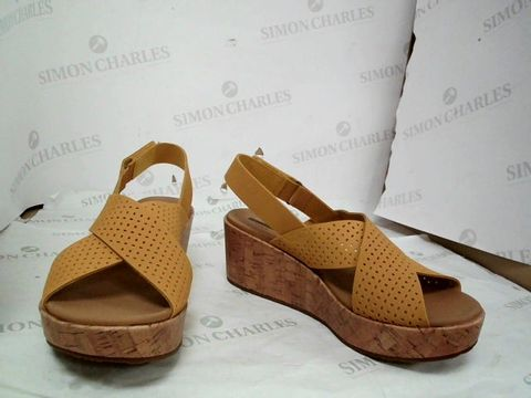 Lot 8642 CLARKS LASER CUT LEATHER WEDGE SANDAL STANDARD FIT YELLOW- UK SIZE 7