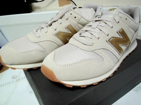Lot 13099 BOXED PAIR OF DESIGNER NEW BALANCE WOMENS BEIGE/GOLD TTRAINERS SIZE Uk 7.5