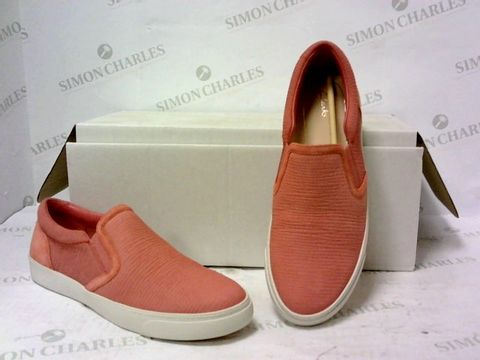 Lot 8026 BOXED PAIR OF CLARKS PINK SLIP ON SHOES SIZE 3D