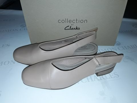 Lot 8061 BOXED PAIR OF CLARK'S JULIET PULL SHOES IN PRALINE LEATHER - UK 7