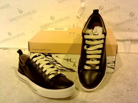 Lot 15933 BOXED PAIR OF MODA IN PELLE FAUX LEATHER SHOES SIZE 36