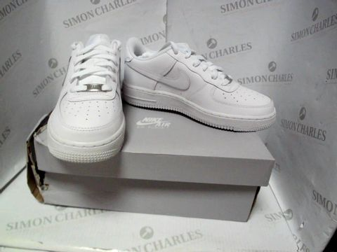 Lot 7124 NIKE AIR FORCE 1 IN WHITE