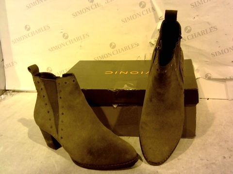 Lot 15942 BOXED PAIR OF VIONIC BROWN FAUX SUEDE HIGH HEEL BOOTS SIZE 4