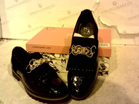 Lot 15936 BOXED PAIR OF MODA IN PELLE BLACK SHOES SIZE 41