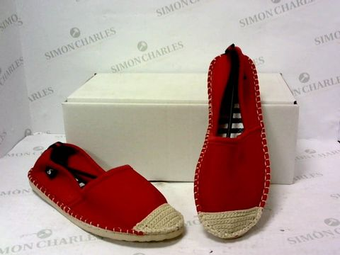 Lot 8023 BOXED PAIR OF JOULES RED/WHITE SLIP ON SHOES SIZE 6