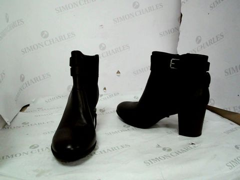 Lot 8643 CLARKS ENFIELD RIVER BLACK FAUX LEATHER HEELED BOOTS UK SIZE 7.5